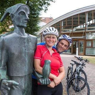 Radfahrer vor dem Eulenspiegel-Museum in Schöppenstedt