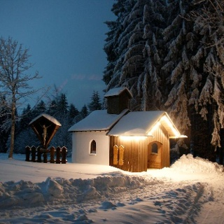 Kapelle in Winternacht