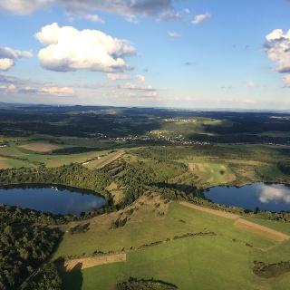 Luftaufnahme von Schalkenmehren im Sommer