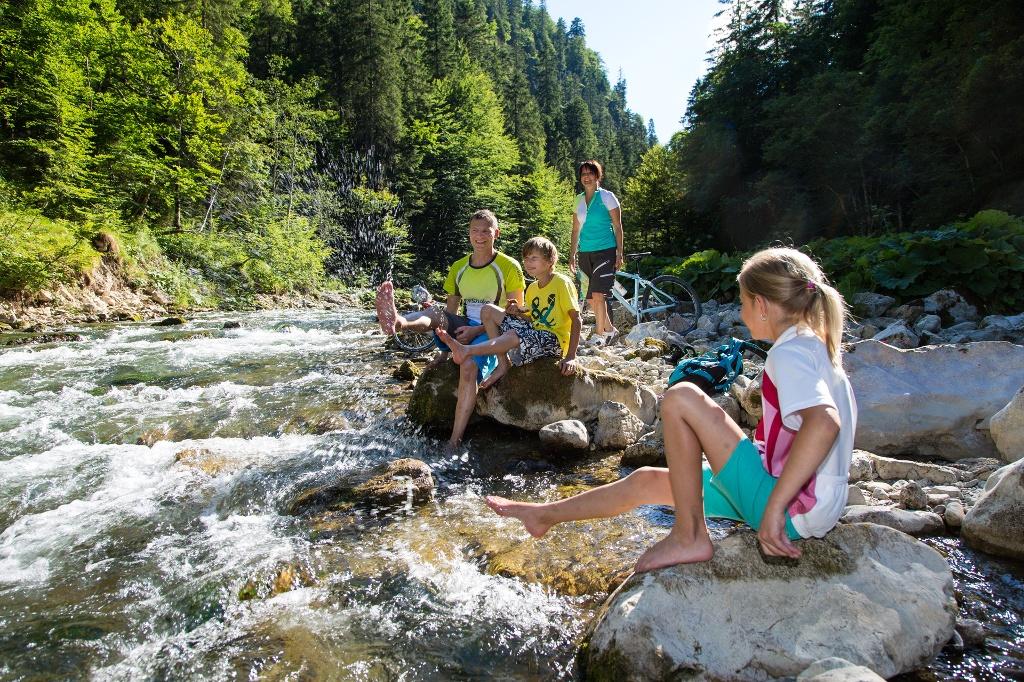 Familie im Flussbett der Vils - @ Autor: Pfronten Tourismus - © Quelle: Pfronten Tourismus