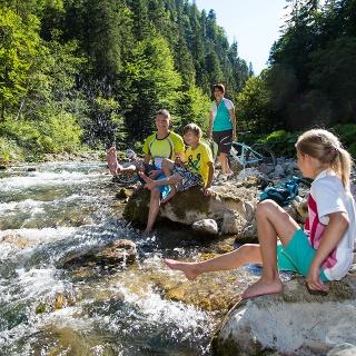 Familie im Flussbett der Vils