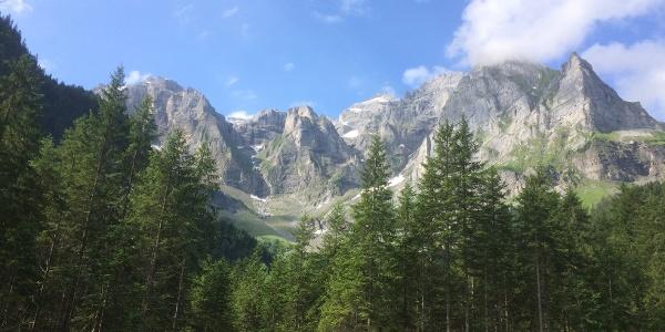 Begleitet von schroffen Felswänden