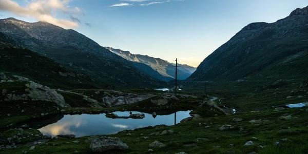 Am frühen Morgen ist die Stimmung am Gotthard besonders andächtig.