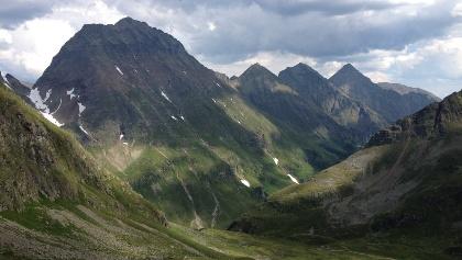 Blick von der Trockenbrotscharte ins Göriachtal - hinten der Hochgolling, rechts die Landawirseehütte