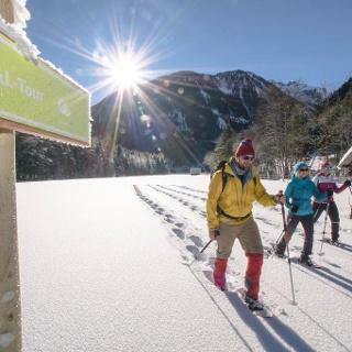 Schneeschuhwanderer in Hopfriesen auf der Schneeschuhtour Obertal