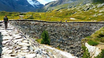 Überquerung der Staumauer