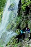 Wanderer am Uracher Wasserfall