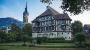Bad Urach: Links die Amanduskirche und rechts das Schloss