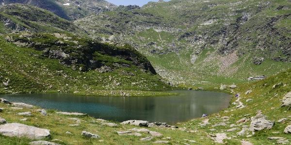 Der Kaser See, rechts die Oberkaser Alm