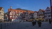 Der Marktplatz in Bad Urach mit dem historischen Rathaus