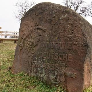 Der Stein sitzt am Ortsausgang von St. Martin