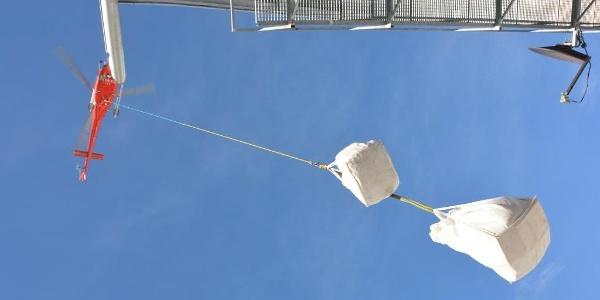 Die Knorrhütte wird ausschließlich mit dem Hubschrauber versorgt