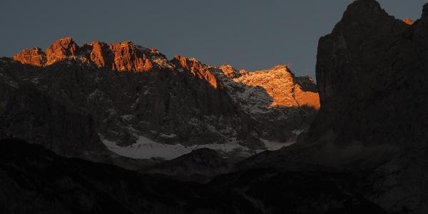 """Verheißungsvolle Morgenstimmung: Blick von der """"Hölle"""" hinauf zum Zugspitzgipfel"""