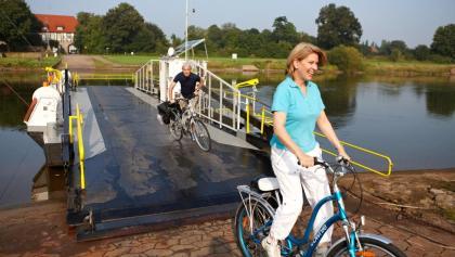 Radler am Weser-Radweg an der Gierseilfähre in Grohnde