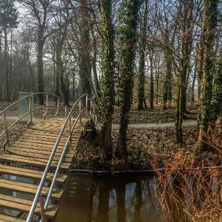 Brücke über die Plane zum Gutspark