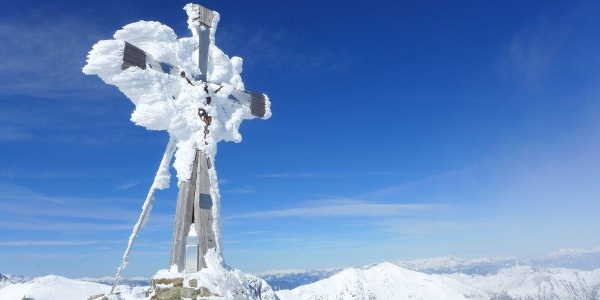 Die Natur hat das Gipfelkreuz vom Deneck zusätzlich verschönert