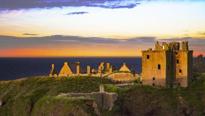 Die beeindruckende Schlossanlage vor atemberaubender Kulisse