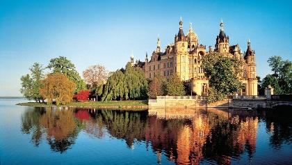 Blick über den Schweriner Innensee auf das Schloss