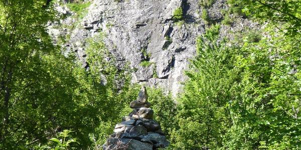 Abzweig von der Wiese zum Wandfuß am Steinmanderl