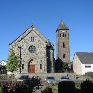 Kirche von Kennfus, gegenüber ist der Parkplatz