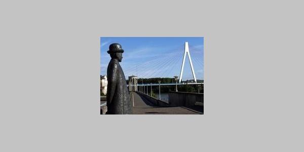 Deich mit Rheinbrücke und Bürgermeister Krups