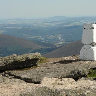 Der Gipfel des Ben Rin eröffnet einen malerischen Ausblick auf das idyllische Umland.