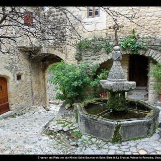 Brunnen am Platz vor der Kirche Saint-Sauveur et Saint-Sixte in Le Crestet