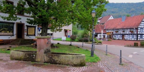 Der Zeppelinbrunnen in Nothweiler, Ausgangspunkt und Endpunkt der Tour