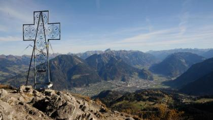 Am Gipfel der Mondspitze. Rund 1.400 Meter unterhalb breitet sich die Alpenstadt Bludenz aus, das Klostertal schlängelt sich Richtung Arlbergpass.