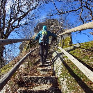 Die letzten in den Granit geschlagenen Stufen auf den Waldsteingipfel