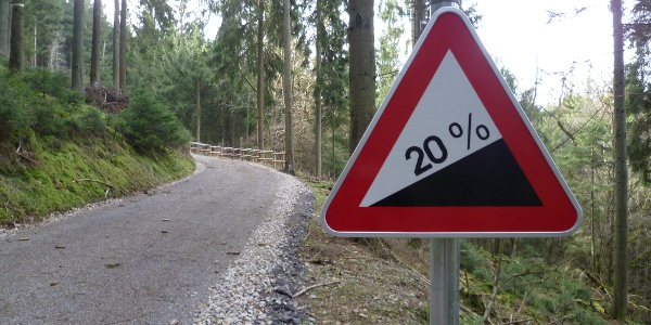 Knackige aber kurze Steigung im Wald.