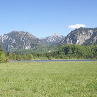 Der Schwanseepark mit Blick auf den Schwansee und Schloss Neuschwanstein
