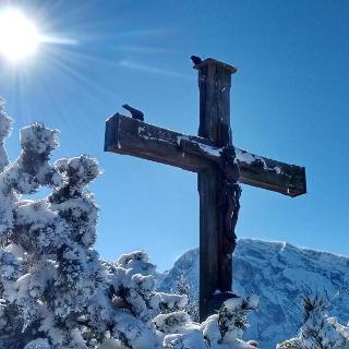 Gipfelkreuz mit Hohem Göll im Hintergrund