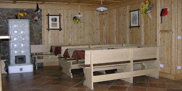Ambiente tipico e confortevole al Rifugio Larcher