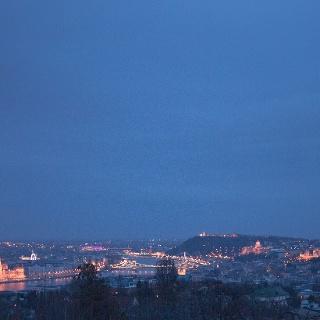Téli kilátás a József-hegyi kilátóból és Budapest éjszakai kivilágítással