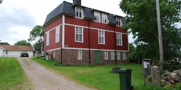 Mårtsbo gamla skola från Gamla Mårtsbovägen