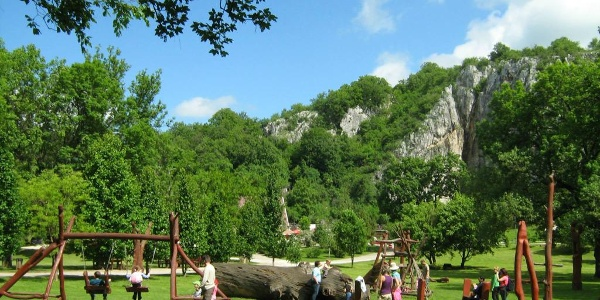 A Baradla-barlang aggteleki bejárata melletti játszótér