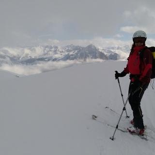Kurzes Wolkenfenster unter dem Gipfel mit Blick zu den Ötztaler Alpen