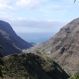 Das Valle Gran Rey fällt zwischen den steilen Felswänden zum Meer hin ab.