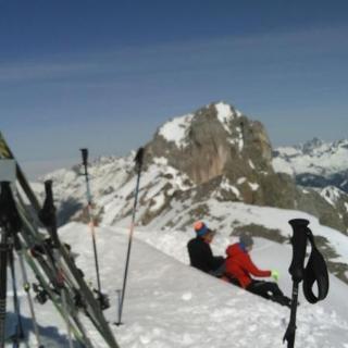 Gipfelkreuz Feuerspitze und im Hintergrund -unscharf - Holzgauer Wetterspitze