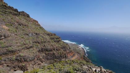 Abstieg mit Blick auf die Landzunge Punta Llana