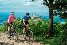 Biken vor der Kulisse der Burg Hohenzollern
