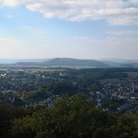 Blick vom Kellbergturm über Stadtoldendorf zum Köterberg