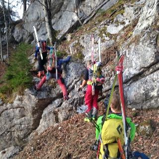 Trage- und kurze Kletterpassage