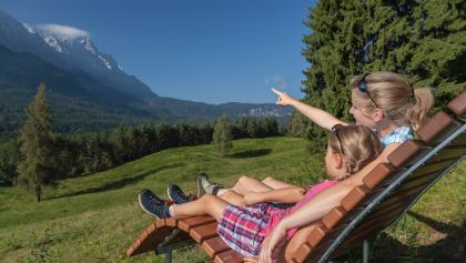 Ausblick auf das Wettersteingebirge von den Liegestühlen am Höhenrain Panoramaweg