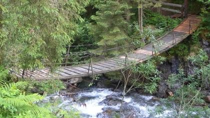 ... man wandert über 2 Hängebrücken