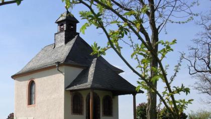 Oben auf der Kleinen Kalmit mit der Kapelle Mater-Dolorosa