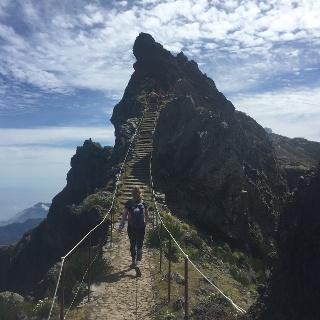 schmaler Pfad mit spektakulären Aussichten in der Nähe des Pico Arieiros