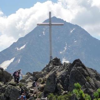 Das Kreuz auf dem Sunniggrätli mit dem Bristenstock im Hintergrund