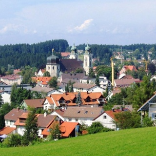 Die Stadtpfarrkirche prägt das Stadtbild Lindenbergs.
